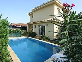 Empuriabrava, villa with pool for sale in quiet area